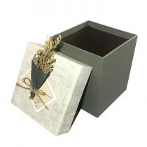 Подарочная упаковка с букетом, бежево-серая