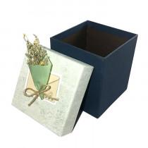 Подарочная упаковка с букетом, серо-синяя